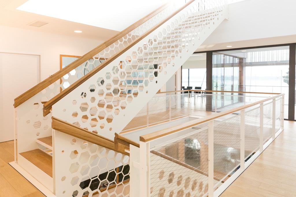 Escalier 2/4 tournant métal blanc et bois intérieur