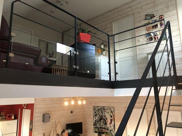 Escalier métal intérieur avec garde-corps en verre et métal