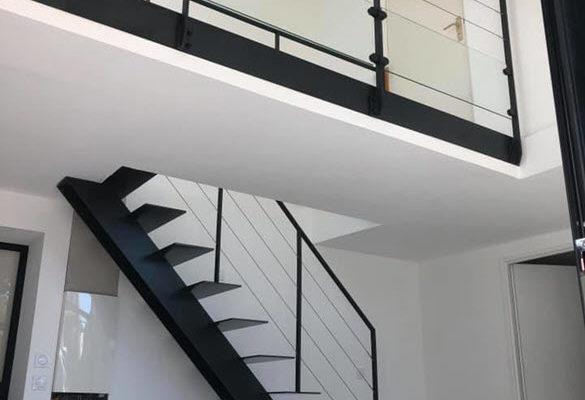 Escalier droit en métal épuré et garde-corps en verre et métal