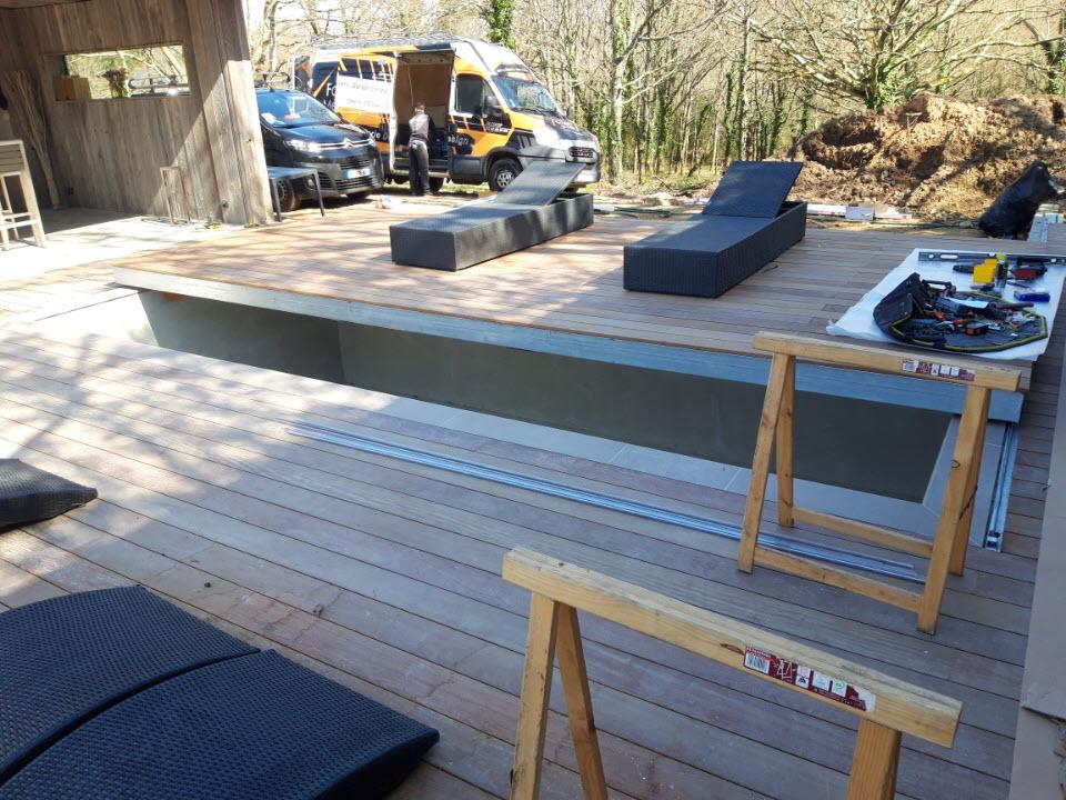 Terrasse bois coulissante sur le bassin